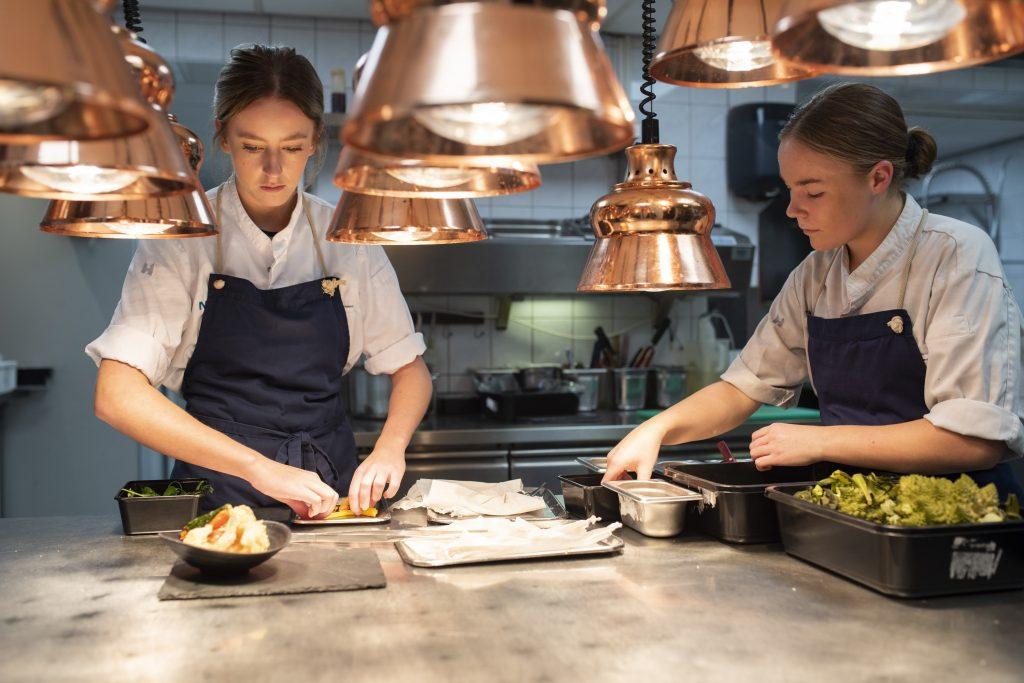 Medewerkers keuken Nobel bereiding